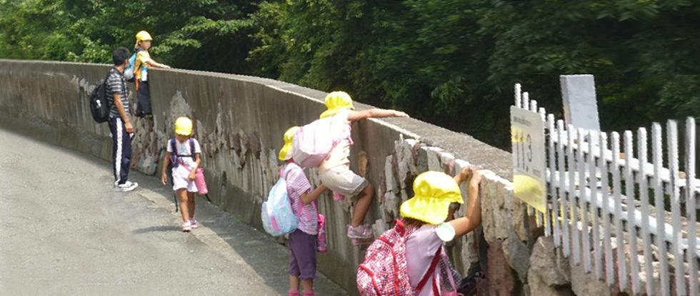 川の探検、善福寺川と神田川の合流を確認する子ども達